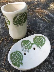 mydelniczka i kubek w róże