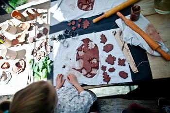 plenerowe warsztaty ceramiczne - wycinanie z gliny liści